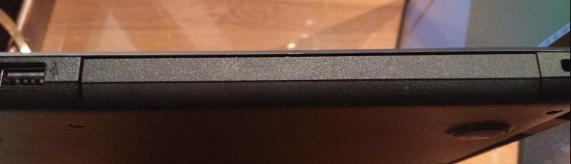 Заглушка на месте отсутствующего дисковода.